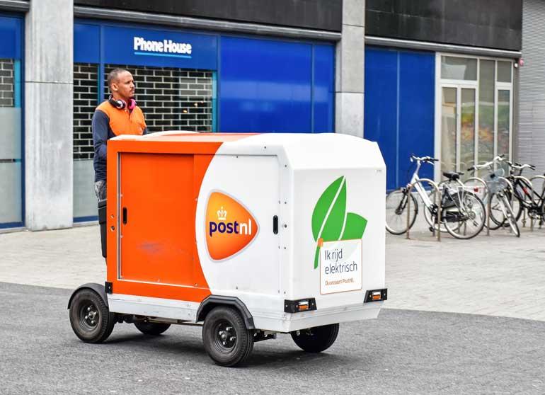 Post nl elektrische wagen in de binnenstad.