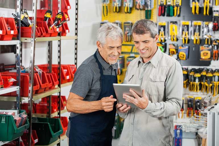 Verkoper met tablet helpt klant.