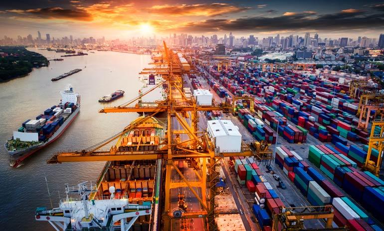Een haven met schepen en containers.