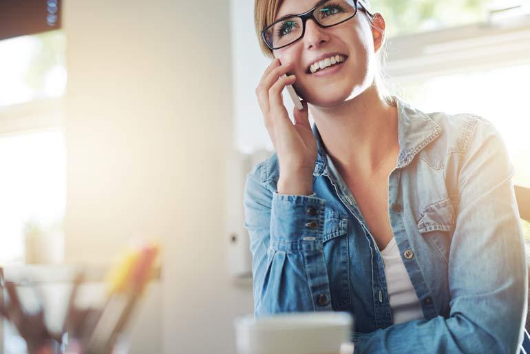 Vrouw belt met telefoon.