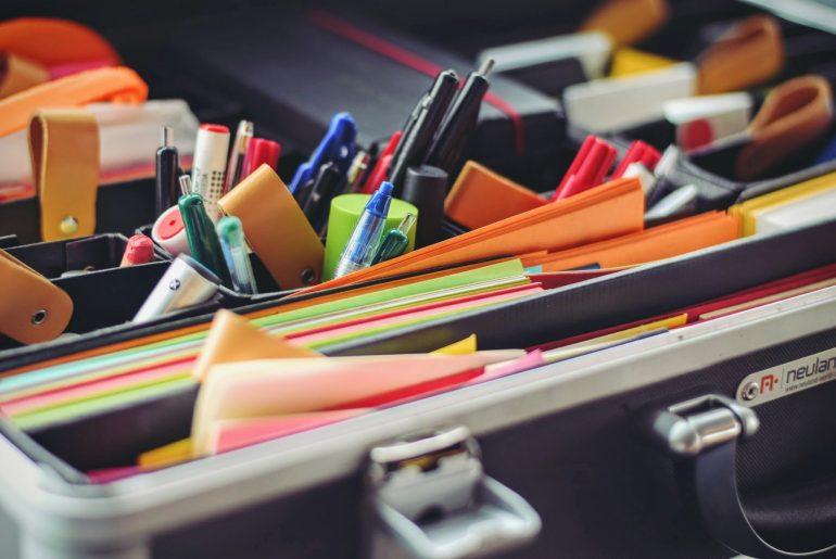 Foto van bak met post-its, pennen en andere attributen voor brainstorms