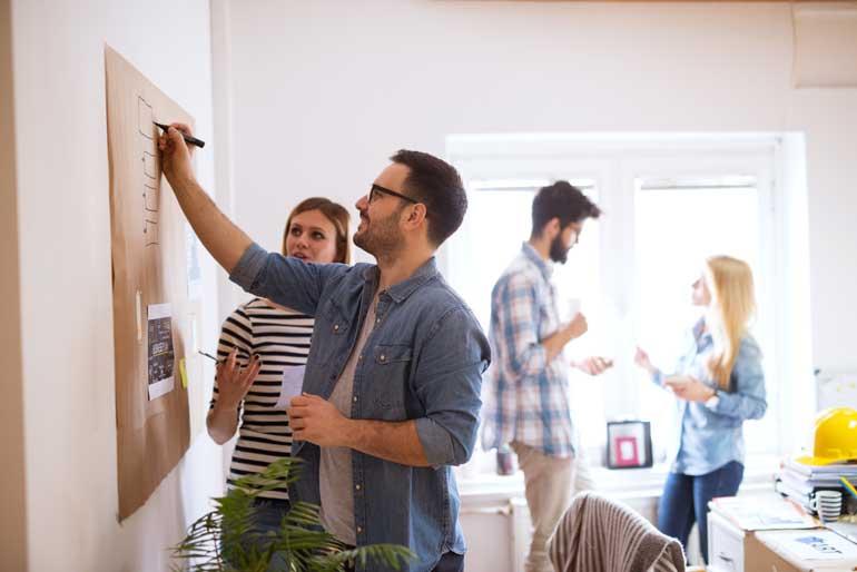 Team brainstormt tijdens design sprint.