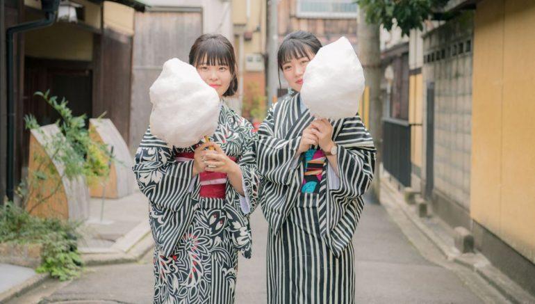 2 meisjes die een suikerspin eten.