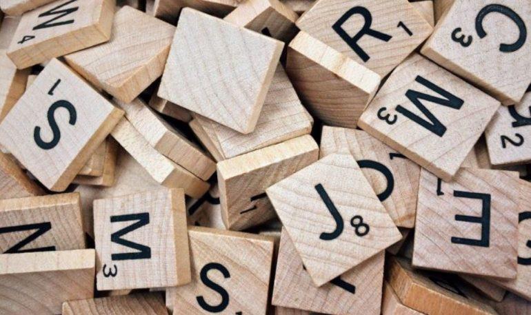 Verschillende letters van een spel scrabble.