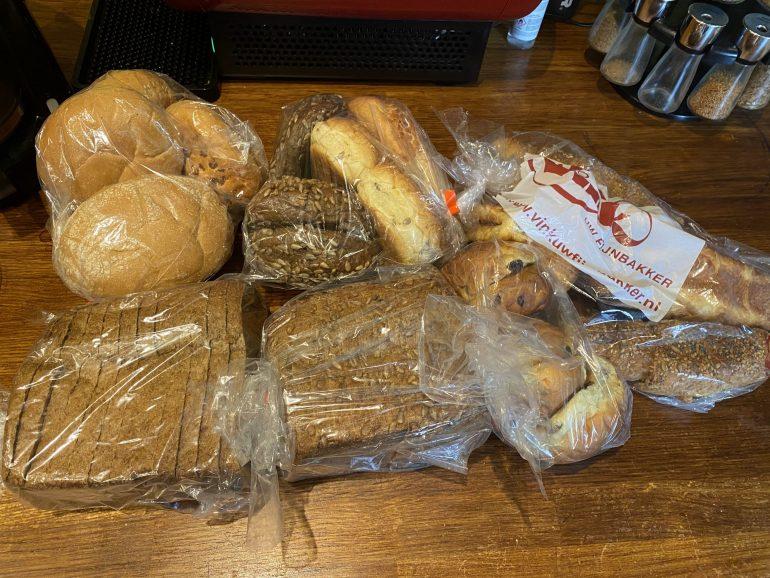 Brood en bolletjes van de bakker.