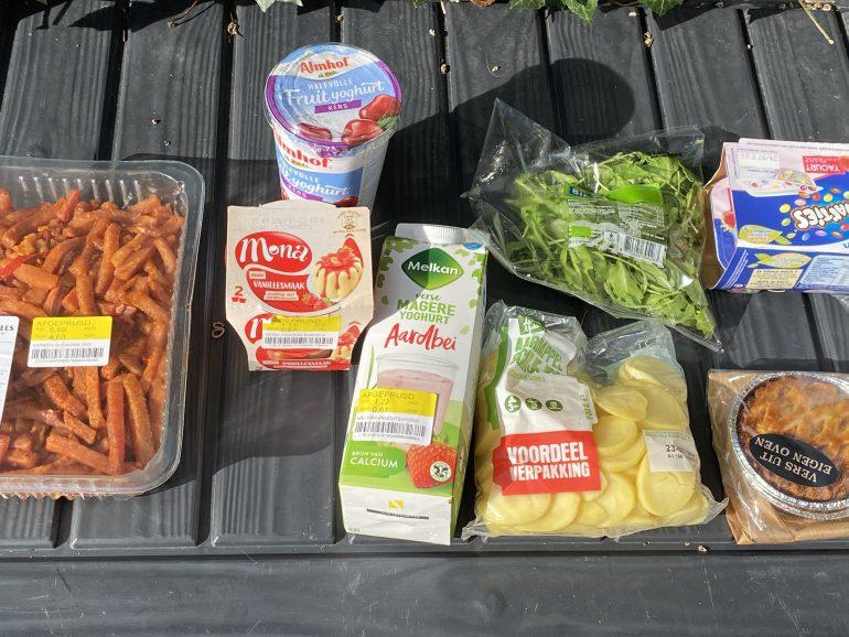 Inhoud van de Magic Bag, waaronder vlees, pudding, yoghurt en aardappelschijfjes.