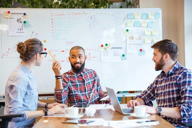 Groep medewerkers doet brainstorm.