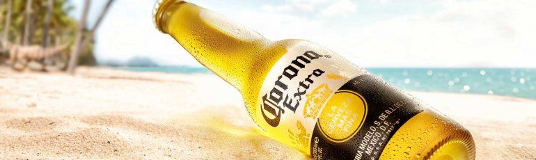 Corona bier op het strand.