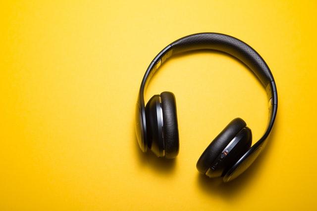 Een koptelefoon om naar een podcast te luisteren.