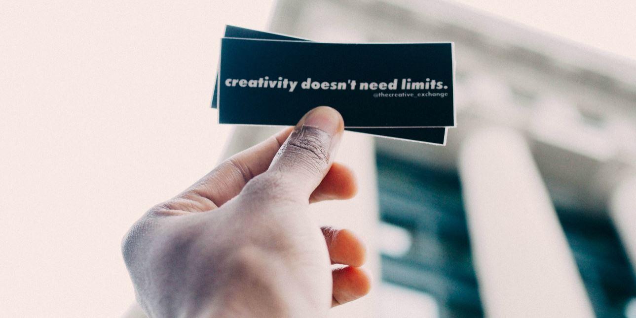 Kaartje met tekst: creativity doesn't need limits
