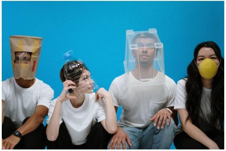 Mensen met zelfgemaakte bescherming tegen corona. Bron: Pexels.