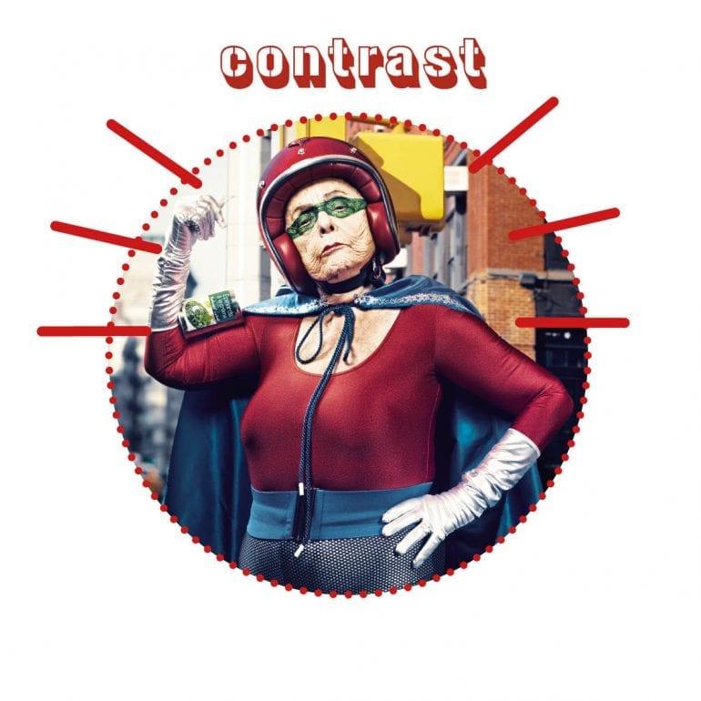 Oude vrouw met brommerhelm en superheldencape.
