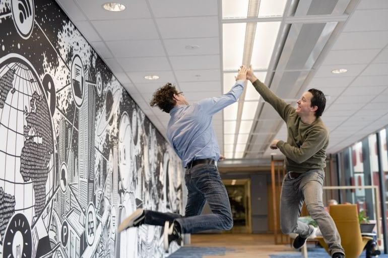 Vincent Mirck & Jan van der Aa geven elkaar een high five.