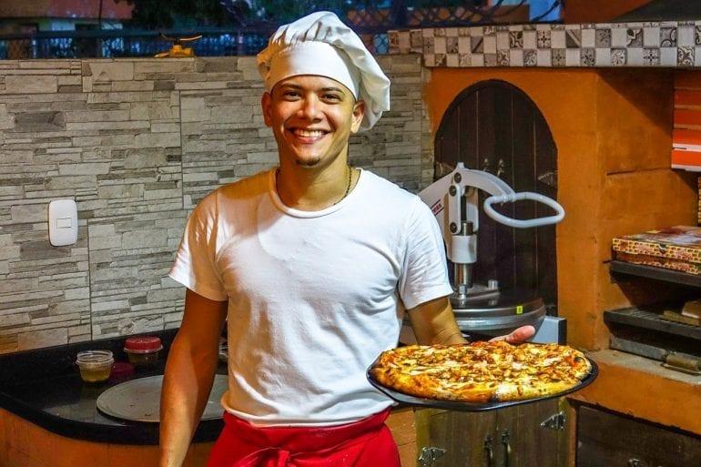Foto van een pizzabakker.