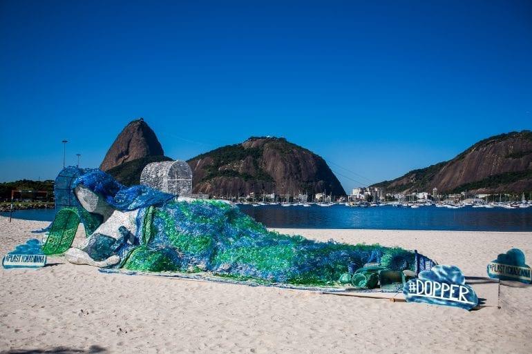 Zo brengt Dopper de purpose in de praktijk. Door een beeld te bouwen van plastic zwerfafval, werd tijdens de Olympische Spelen van Rio aandacht gertrokken voor de strijd tegen de pet-waterfles.