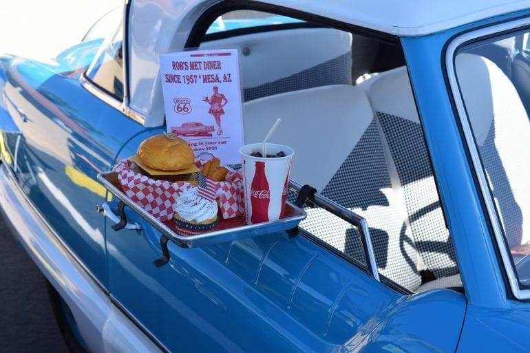 Hamburgers halen met vintage auto.