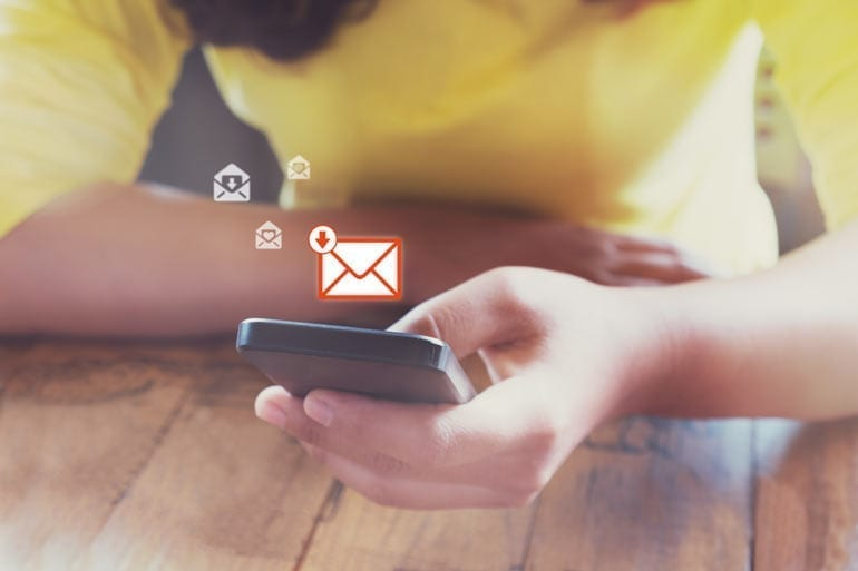 Vrouw opent e-mail op smartphone.