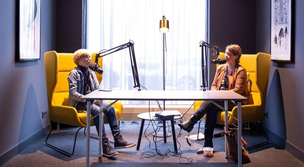 Twee personen die aan het podcasten zijn.