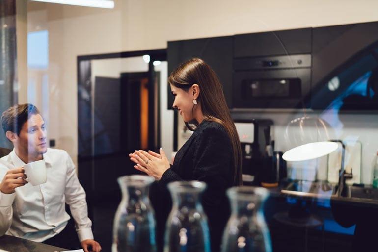 Koffie drinken en bijpraten met collega.