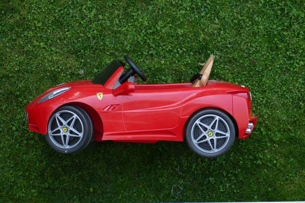Een speelgoedauto van een Ferrari die staat voor een snelle website.