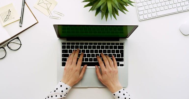 Schrijven op laptop.