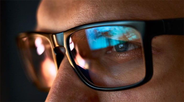 Close-up van man met bril die iets leest.