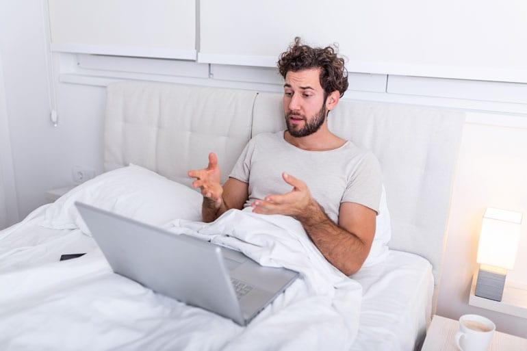 Man videobelt vanuit bed.