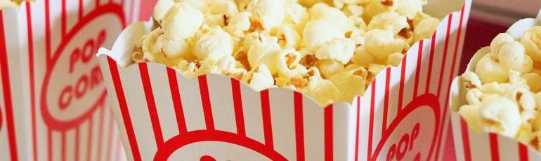 Rood wit gestreepte bakken gevuld met popcorn