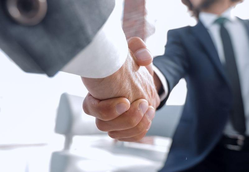 Handen schudden na een deal