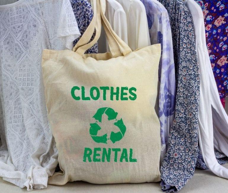 kleding huur tas met kleding op de achtergrond