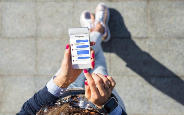 Vrouw met telefoon met messenger app