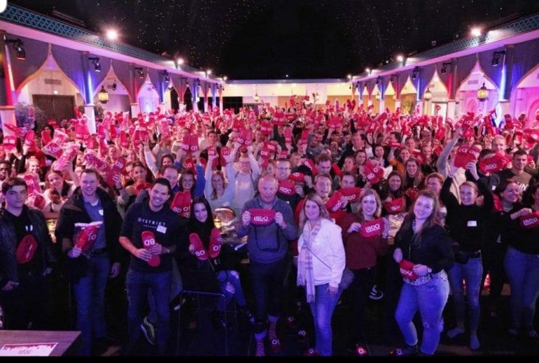 Een foto van het Jong BDO evenement, met veel enthousiaste werknemers.