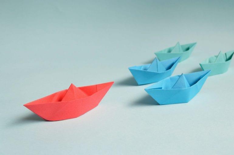 Afbeelding van papieren bootjes.