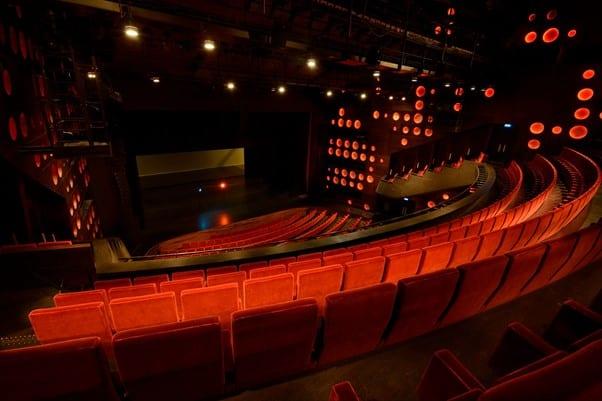 Foto van een theaterzaal.