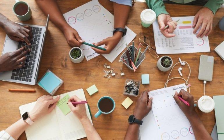 Groep mensen werkt samen