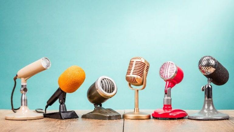 Retro microfoons die symbool staan voor het vertellen van verhalen