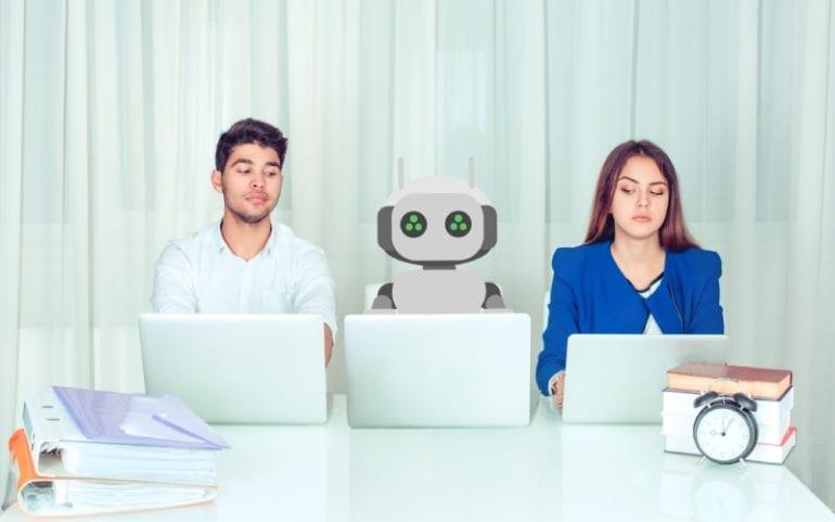 Werkende mensen met robot tussen hen in