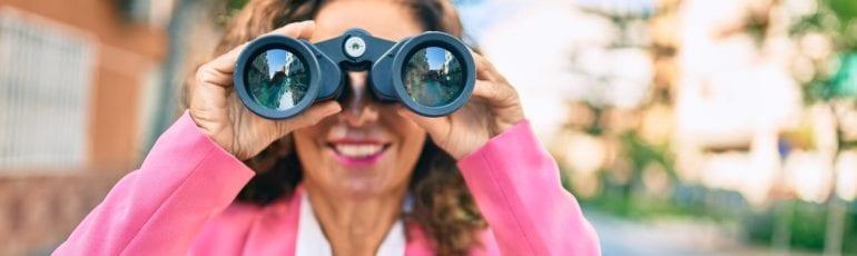 Zakenvrouw zoekt met verrekijker