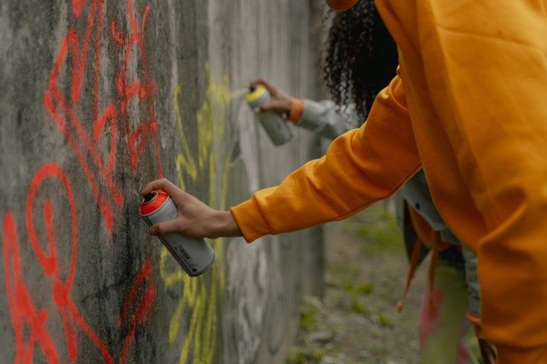Mensen die graffiti spuiten