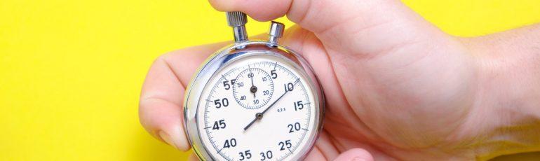 Stopwatch in hand op gele achtergrond bij SEO-quickscan in 30 minuten
