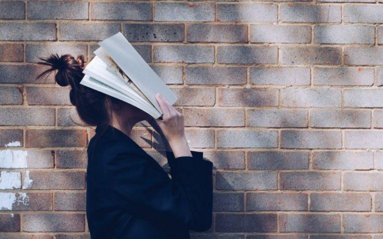 Vrouw met boek op haar hoofd