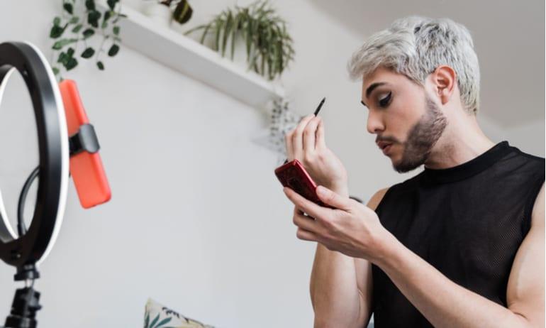 Man doet makeup video voor TikTok.