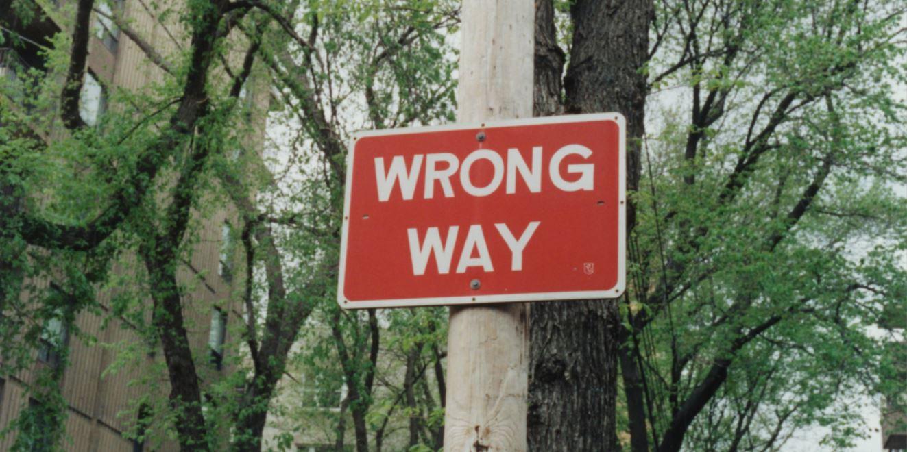 Bordje met de tekst 'wrong way' bij artikel over Google's three strikes pilot program.