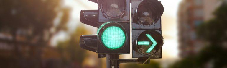 Semáforo verde con flecha a la derecha