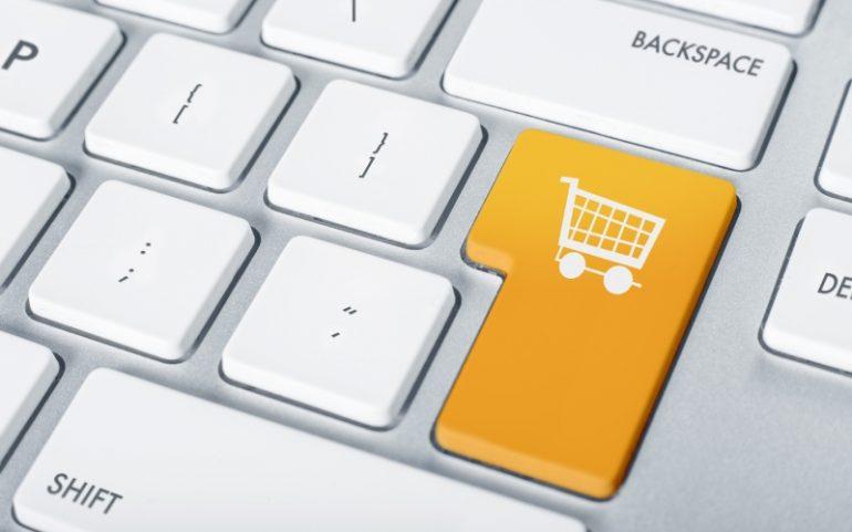 Toetsenbord met knop met winkelwagen ter illustratie van een online betaalproces