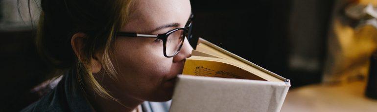 Señora usando sus sentidos mientras lee.