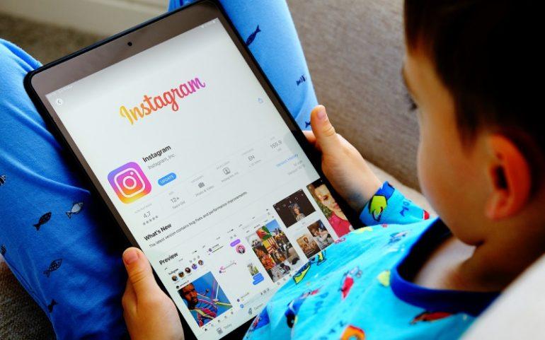 Jongetje met tablet en Instagram-app ter illustratie van Instagram Kids